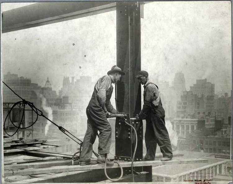 Worker construction of the Empire State Building in New York - Dangerous 1931 (7)