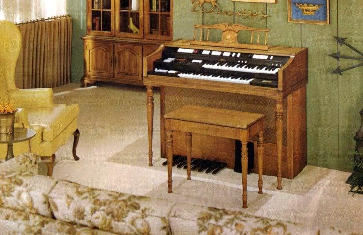 Wurlitzer 4300 organ - Early American model in mellow maple