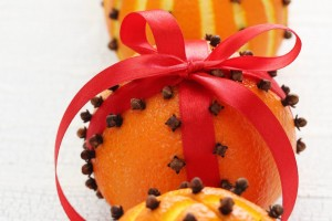 How to make old-fashioned pomander balls with oranges & cloves