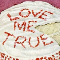 Vintage Valentine cake with lollipop frosting: Retro recipe from the '40s