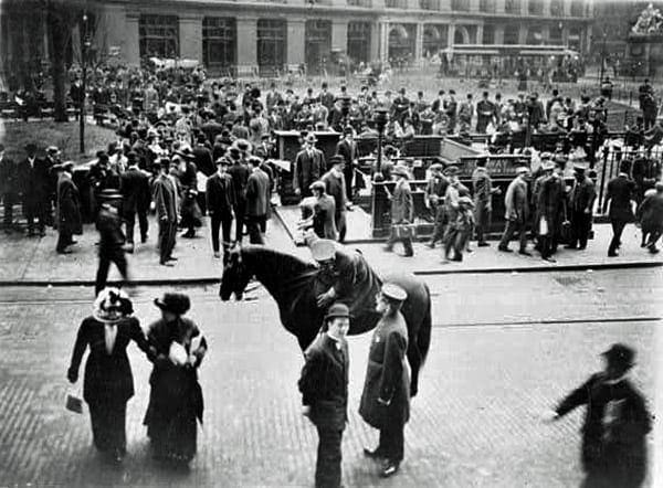 Frantic crowds storm offices for Titanic news (1912)